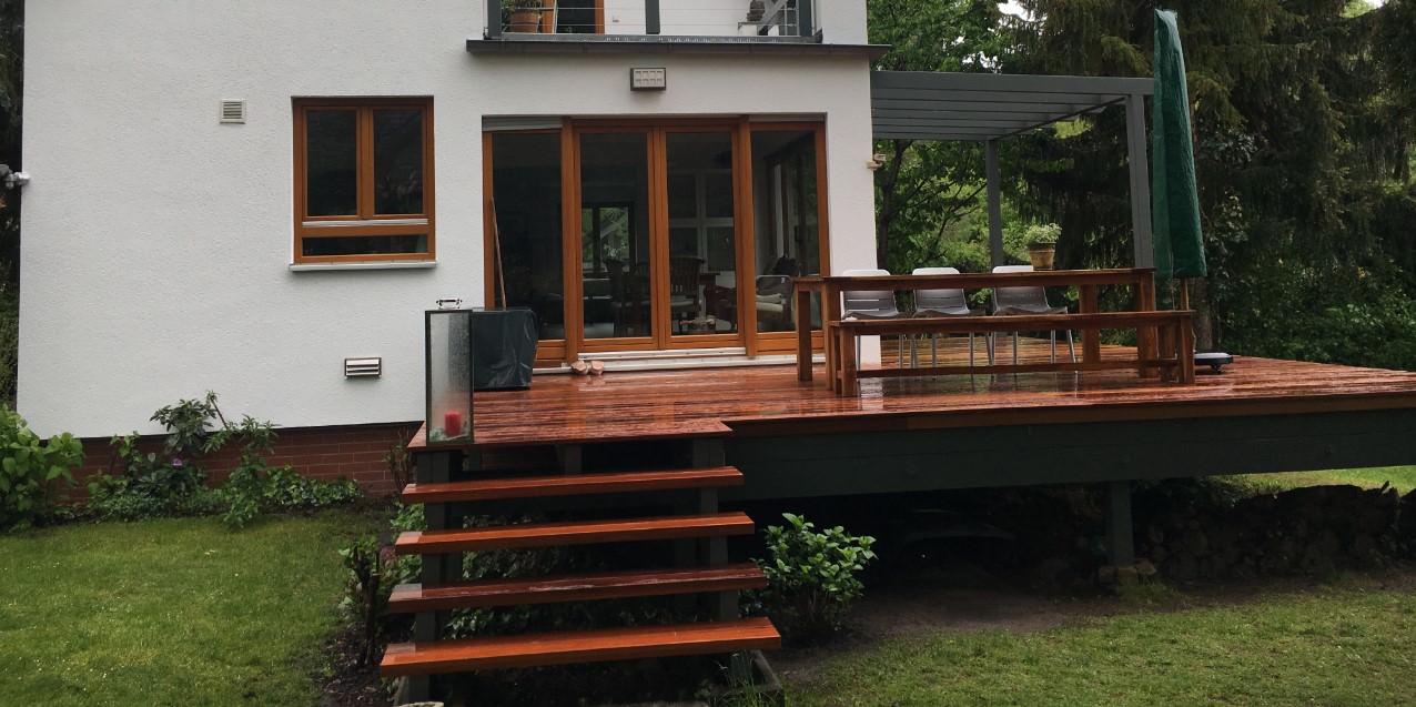 Holzterrassen können Sie beim Dachdeckermeister heiko-ebert.de bestellen und verlegen lassen